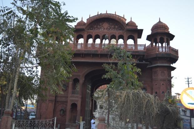 porte-entree-du-temple-de-Sonji- ki- Nasiyan-ajmer-inde